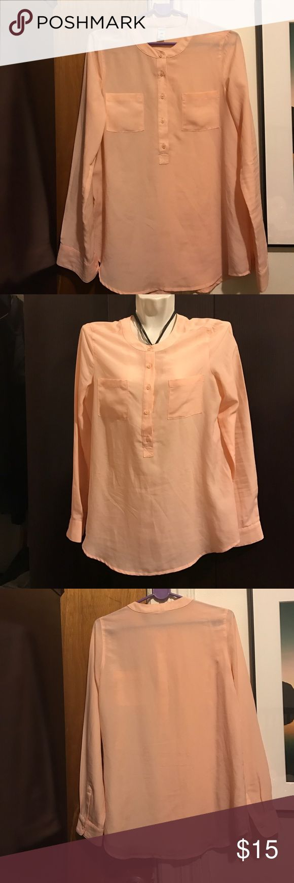Old Navy women top. This Gorgeous women's top is very good condition. Old Navy Tops Tees - Short Sleeve