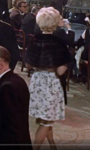 Двойная юбка. Одна создает объем, другая подчеркивает стройные ноги Серия фильмов про агента 007