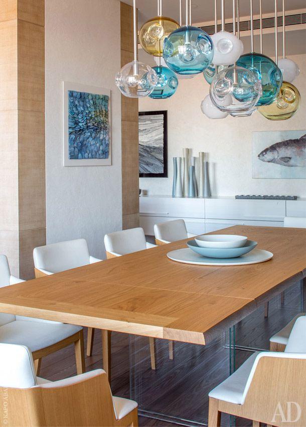 За обеденным столом: стулья Beatrice фабрики Poltrona Frau с кожаной обшивкой. Подвесной комод – производства Capo D'Opera.