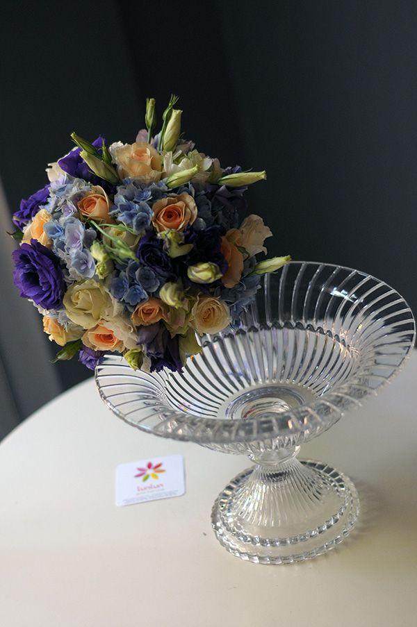 Mavi ortanca ve kavuniçi güllerle hazırlanmış buket