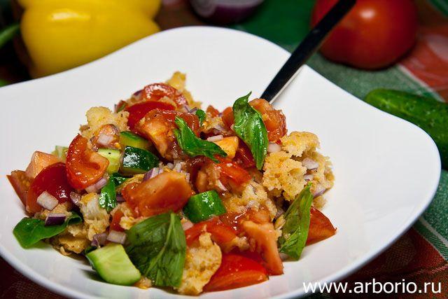 Панцанелла - тосканский салат из остатков подсохшего хлеба, с помидорами, огурцами, базиликом, словом, прекрасная ассоциация с летом (даже если сейчас зима).