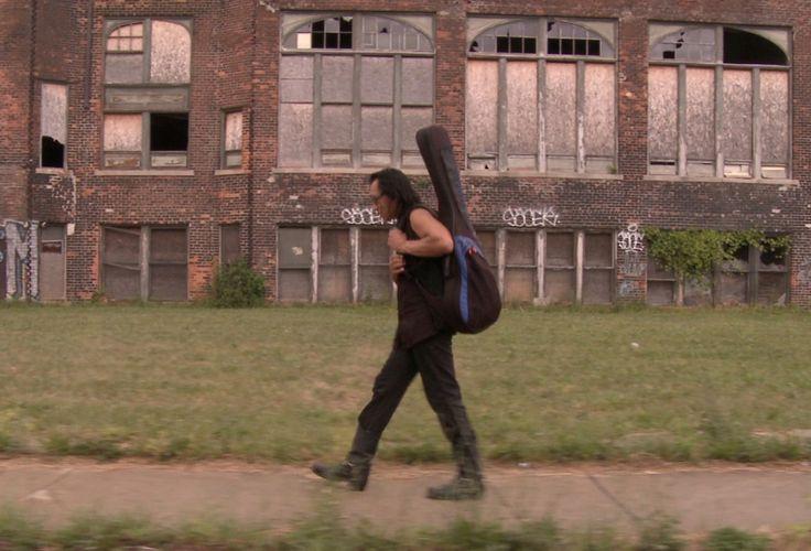 Sixto Rodríguez caminando por las calles de Detroit
