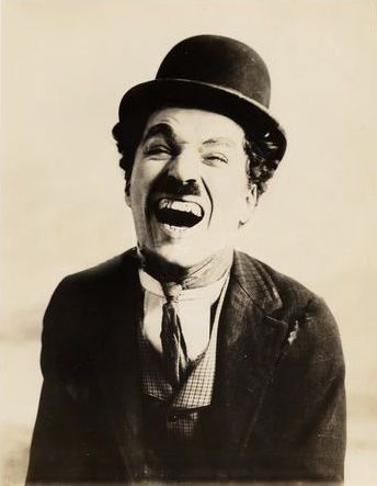 .C.C.-Sir Charles Spencer Chaplin, KBE, mais conhecido como Charlie Chaplin, foi um ator, diretor, produtor, humorista, empresário, escritor, comediante, dançarino, roteirista e músico britânico. Wikipédia Nascimento: 16 de abril de 1889, Walworth, Reino Unido Falecimento: 25 de dezembro de 1977, Corsier-sur-Vevey, Suíça Filhos: Geraldine Chaplin, Josephine Chaplin, Sydney Chaplin, mais Cônjuge: Oona O'Neill (de 1943 a 1977), mais Prêmios: Oscar Honorário, Oscar de melhor banda sonora