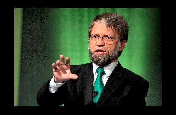 Mockus, el político profesor. Brazos encogidos y la mano con gesto de explicación.