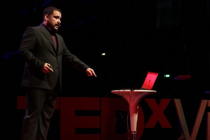 Victor Perez, regista e artista di effetti speciali ci spiega che quando il destino chiama bisogna rispondere. Guardando il suo talk capirete perché…  #TEDxVicenza #PlayPauseRestart #VictorPerez #VisualEffect