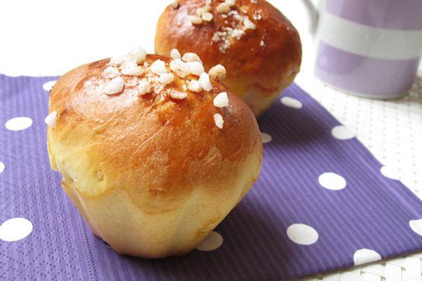 Petits pains au lait du petit-déjeuner tout frais, tout chaud! .