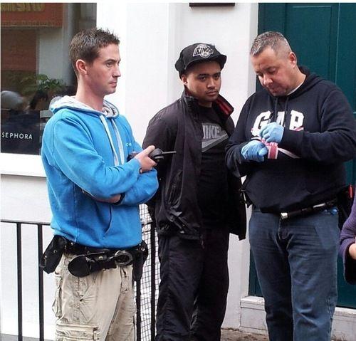 Ali Alex Ortiz (in the middle in black) is taken into police custody 攻擊倫敦唐人街法輪功真相點的暴徒阿里•亞歷克斯•奧爾蒂斯(中間著黑衣者)被接獲報警趕來的便衣警察戴上手銬當場逮捕http://en.minghui.org/html/articles/2013/11/23/143354.html
