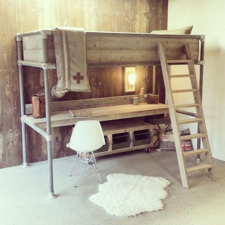 Bekijk deze mooie steigerhouten hoogslaper met daaronder een bureau. Een ideaal bed om ruimte te besparen in de slaapkamer.