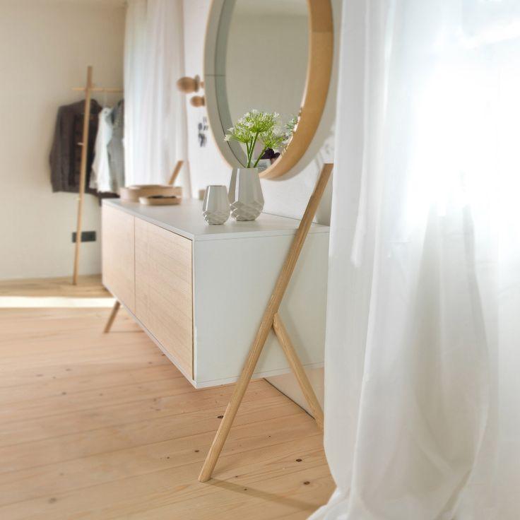 Das große Sideboard KOMMOD steht für klares Design, Struktur und Selbstbewusstsein. Die einzigartige Ästhetik wird durch die tragenden Holzfüße aus Esche inszeniert. Sie verleihen dem Möbel einen leichten und schwebenden Charakter.   Das große Sideboard überzeugt durch zwei Klapptüren mit einem TipOn Öffnungsmechanismus, sowie hochwertigen Seilzügen.
