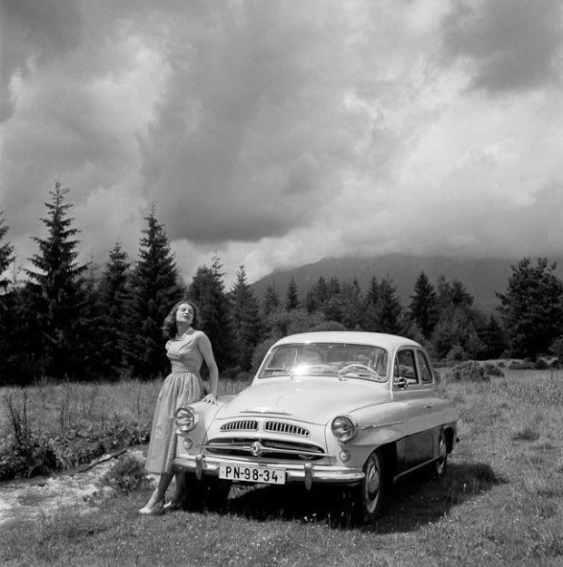 Škoda 440 (Spartak), 1955–1959. Reklamní fotografie Viléma Heckela z padesátých let - Foto: Vilém Heckel, CC BY-SA 3.0. Fotogalerie: Škodománie aneb Jak se v Mladé Boleslavi začala vyrábět auta…