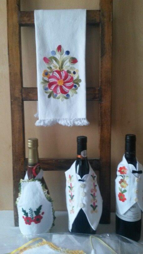 Toalla y cubre botella bordado a mano
