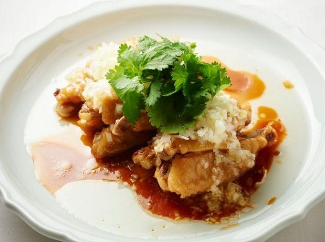 手羽中 中華風煮込み - 篠原 裕幸シェフのレシピ。煮込む前に必ず手羽中をお湯でさっと湯がくこと。このひと手間でおいしさが違ってきます。 とにかく火加減が肝心な料理なので、弱火でとろとろと味をしみ込ませるように煮てください。 最後にかけるアツアツのネギ油で、さらにおいしさがアップします。