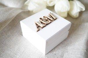 Małe pudełko na obrączki z drewna z inicjałami