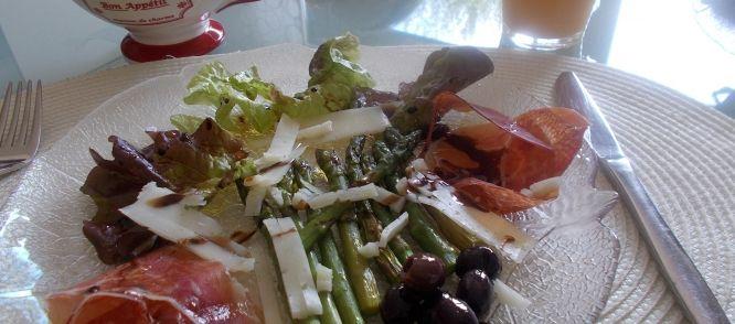 Spaanse Salade Met Gemarineerde Groene Asperges, Serranoham recept | Smulweb.nl