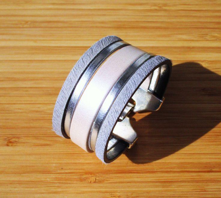 Bracelet manchette cuir gris perle, blanc nacré et argenté fermoir clip 30mm : Bracelet par ccedille-bijoux