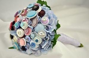Großartige Idee den Strauß aus Knöpfen oder Stoffblumen zu machen, dann kann man ihn auch nach der Hochzeit aufheben