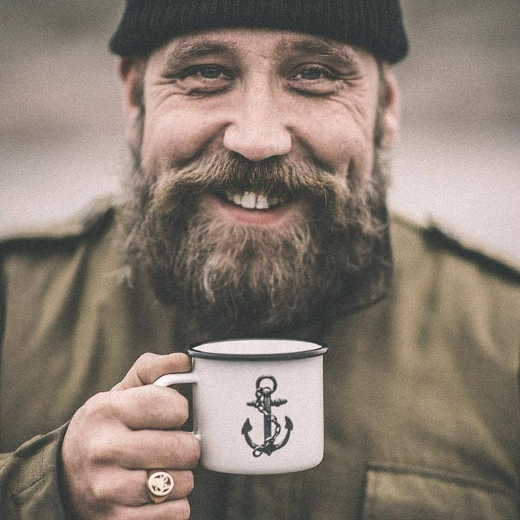 Chill autumn morning essentials - beanie, beard, smile and a good sized cup of coffee. ☕️👌🏻⚓️ Concept here presented by @jejja77 captured trough lens of ace camera man @peter_pousard #lionsandcranes #lionsocranes #autumn #höst #beanie #mössa #beard...