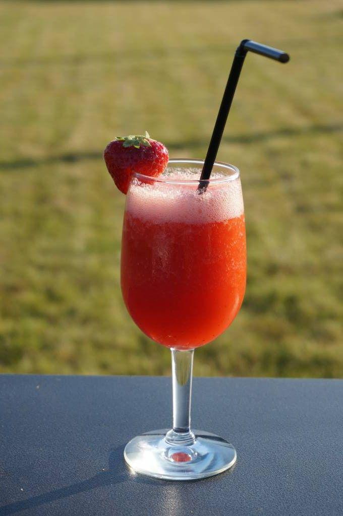 Dit is een variant op de klassieke Daiquiri, maar dan met aardbei toegevoegd voor die heerlijke zomerse smaak! Ingrediënten 50 ml witte rum 15 ml limoensap 6 aardbeien 1 tl vloeibare rietsuiker Ber…