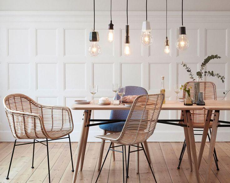 Décoration, tendance luminaire. Des ampoules suspendue à filaments. / Decoration, lighting trend. suspended filament bulbs.