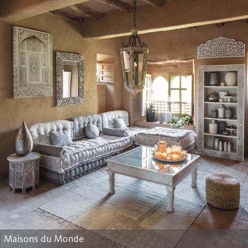 In diesem Wohnzimmer wurde klassisch-marokkanischer Stil modern interpretiert. Die verschnörkelten Möbelstücke erinnern an den Orient und sorgen dank ihrer…