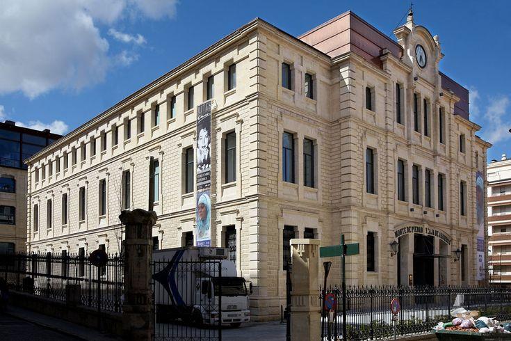 Monte de Piedad, edificio exento de estilo modernista, construido por Vicente Pascual Pastor en 1909 para las oficinas del Monte de Piedad de #Alcoy. #Alcoi #patrimonioindustrial