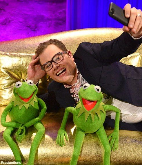 Alan Carr takes a selfie with Muppets Most Wanted stars Kermit the Frog and Constantine. #mostwanted #kermitthefrog #alancarr