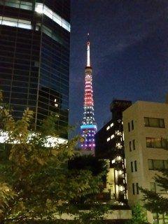 リオディジャネイロ オリンピック開会式が行われた8月5日金の東京タワーはオリンピックカラーの5色青黒緑赤黄が点灯されていました  写真は港区虎ノ門 愛宕グリーンヒルズプラザ2階から撮影9月7日水はパラリンピックカラーの3色緑青赤も点灯されるそうですよ  tags[東京都]