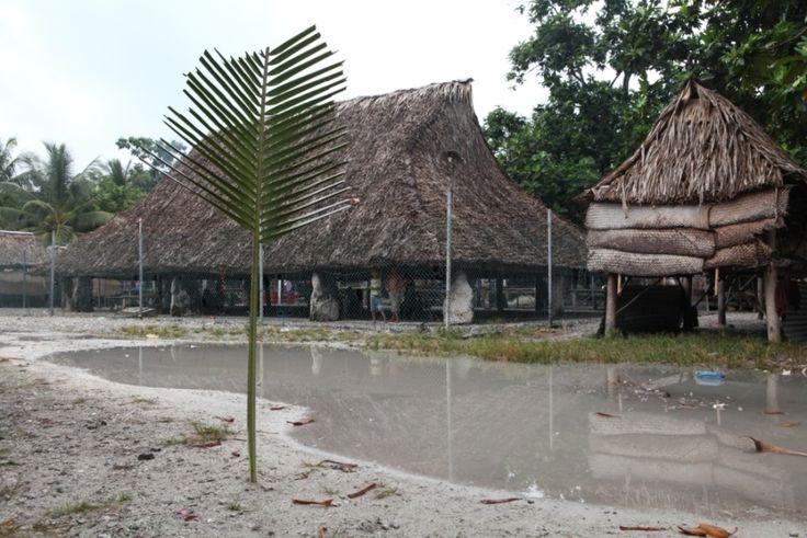 dorpshuis  Het dorpshuis  10 oktober 2012    De maneaba, het dorpshuis, is het hart van het dorp. Het is een enorm palmblad dak op palen dat functioneert als buurthuis, als feest-, vergader- en peuterspeelzaal, als rechtbank en als bejaardensoos.