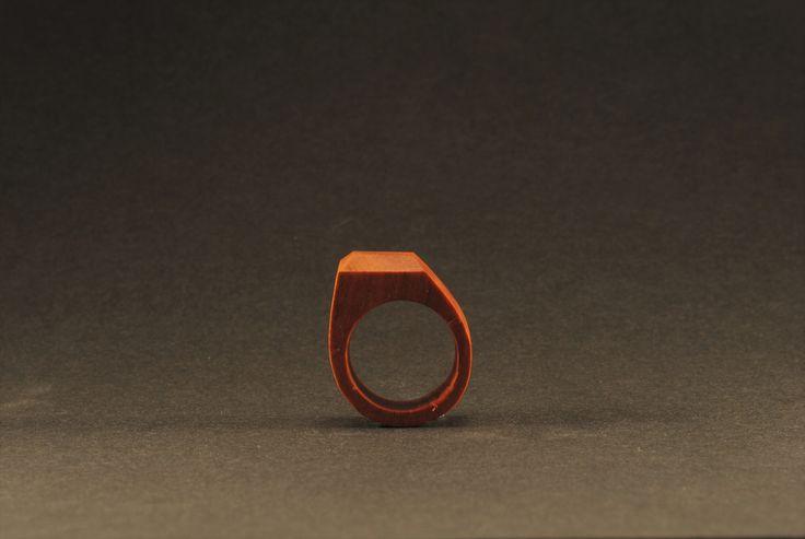 Nenápadně nepřehlédnutelný Nádherný palisandrový prsten s vrchní částí ve tvaru drahého kamene, který je záměrně posunut do strany. Zajímavě tedy podtrhne krásu tohoto dřeva v směrech. Obvod58, průměr 18,4mm. Prsten vyrobil Tomáš. Je ošetřen přírodními oleji a zabalený v dárkové krabičce.
