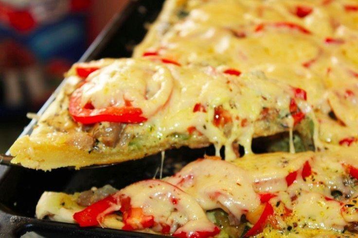 Пицца, которая сводит с ума   Ингредиенты:   Мука — 500 г  Вода — ½–1 стакана  Масло сливочное — 100 г  Соль — 1 щепотка  Сахар — 1 щепотка  Помидоры — 4 шт.  Баклажаны — 2 шт.  Перец болгарский — 1 шт.  Цукини — 2 шт.  Сыр — 300 г  Сметана — 200 г  Масло растительное — 1 ст. л.  Асафетида — 1 ч. л.  Куркума — 1 ч. л.  Прованские травы — 3 ст. л.   Приготовление:   1. Подготовьте ингредиенты.  2. Раскатайте тесто и поставьте в духовку на 15¬–20 минут.  3. Приготовление соуса. Можно…