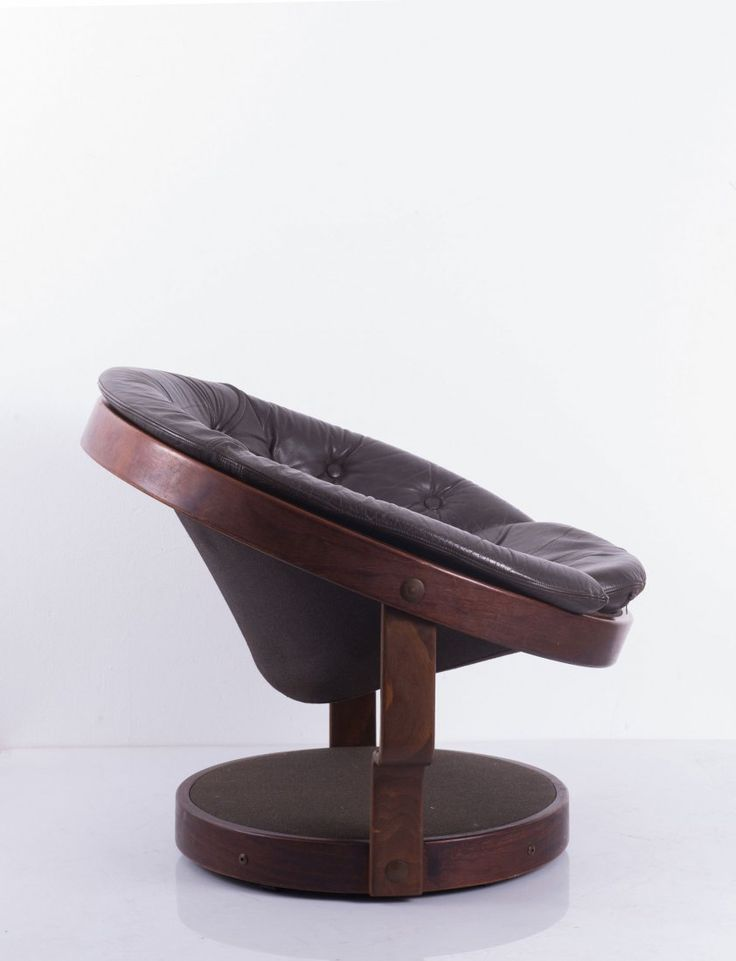 Oddmund Vad; Beech Plywood, Mahogany and Leather Swivel Chair for VAD Trevarefabrikk A.S., 1970s.