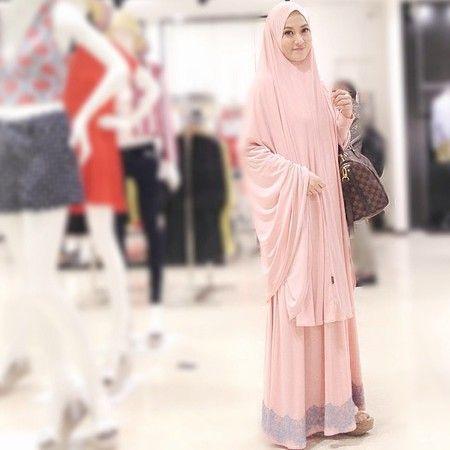 Warna pink pastel ini sangat lembut dan cocok dipakai oleh Lyra.