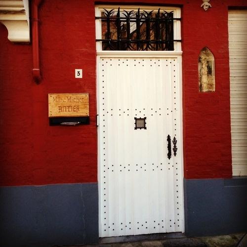 Ik hou vooral van het contrast tussen de witte deur en het rode/blauwe huis (46/365). Het is een typische deur van Brugge, maar toch speciaal door de zwarte puntjes. In het huis woont een antiquair. #brugge