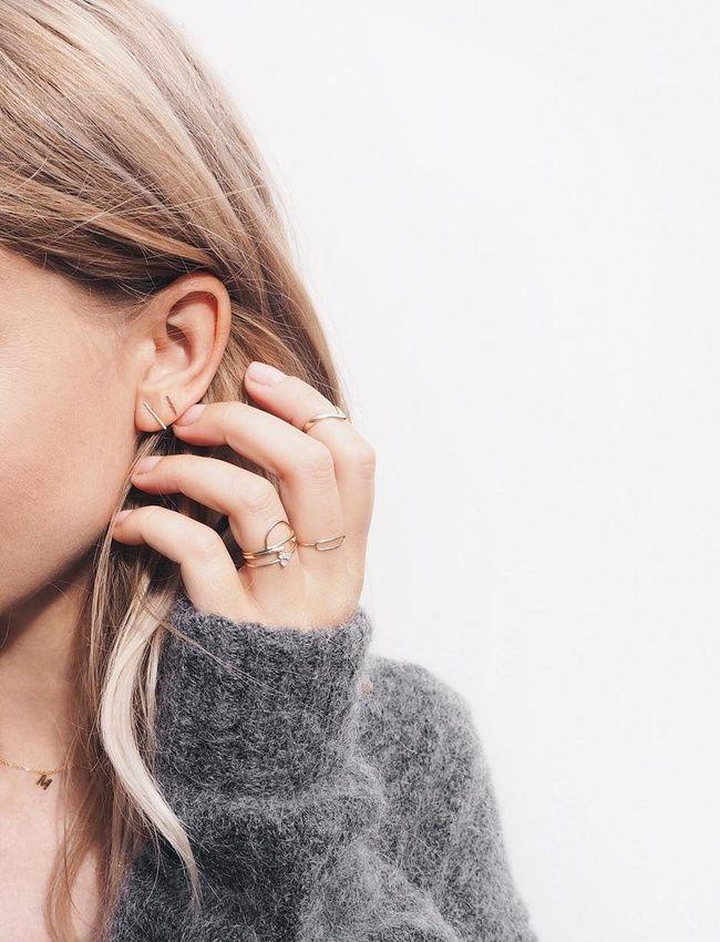Oui à la multiplication de bijoux dorés et très fins sur les doigts et sur les oreilles ! (instagram Mija)