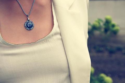 Vzdušnost a zimní nálada se snoubily v kolekci Kyanite. Přívěšek s pravým kyanitem osázený krystaly Swarovski.  #dioart #bohemeparis #luxury #accessories #jewellery