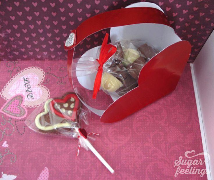 Caixa coração com12 bombons variados Chupa coração