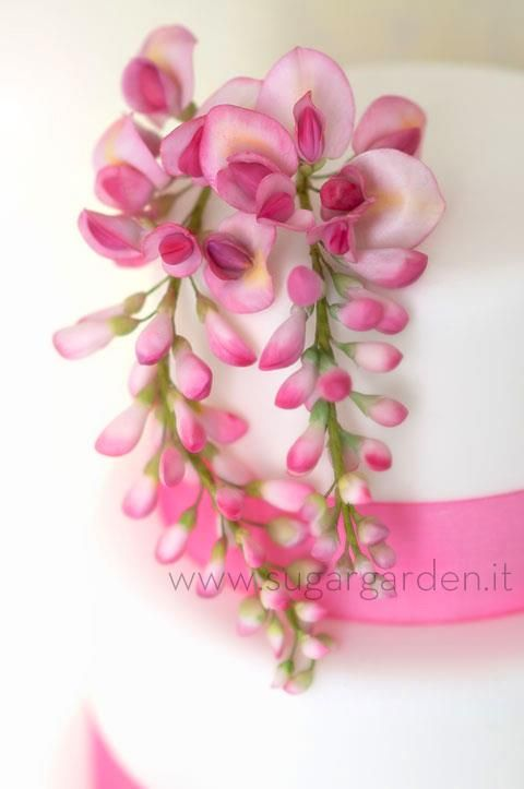 Wisteria in sugar paste. Sugargarden.it make some of the most stunning sugar flowers I have ever seen. Amazing talent.