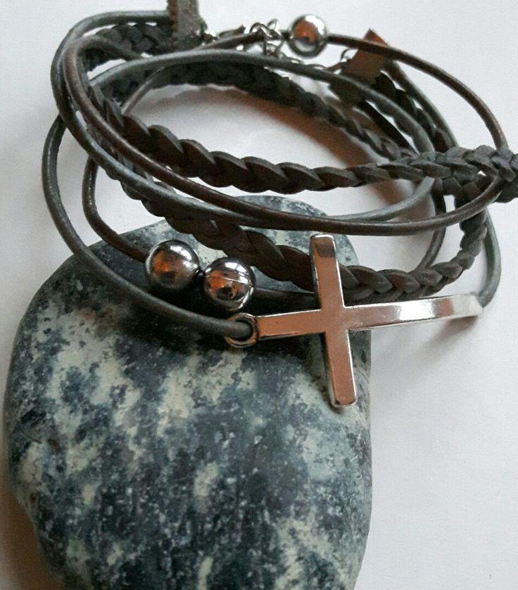 Leren wikkel armband van diverse soorten leer in grijstinten. Zilverkleurig verdeler kruis en 3 zilverkleurige ronde kralen. Met verlengkettinkje.