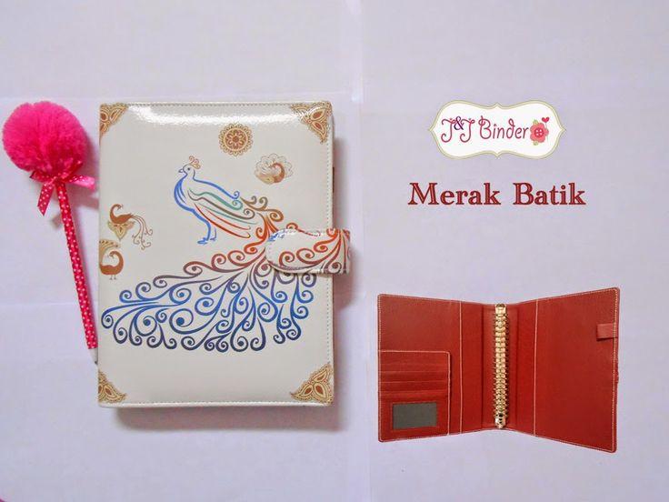 Nama  Produk : Binder Merak Batik Harga : 20 Ring/A5 : 60rb, 26 Ring/B5 : 70rb Ukuran   :A5 20ring , B5 26 ring : 70rb Bahan  : Kulit sintetis Deskripsi : 3 slot kartu, 1 slot foto 1 Slot pulpen
