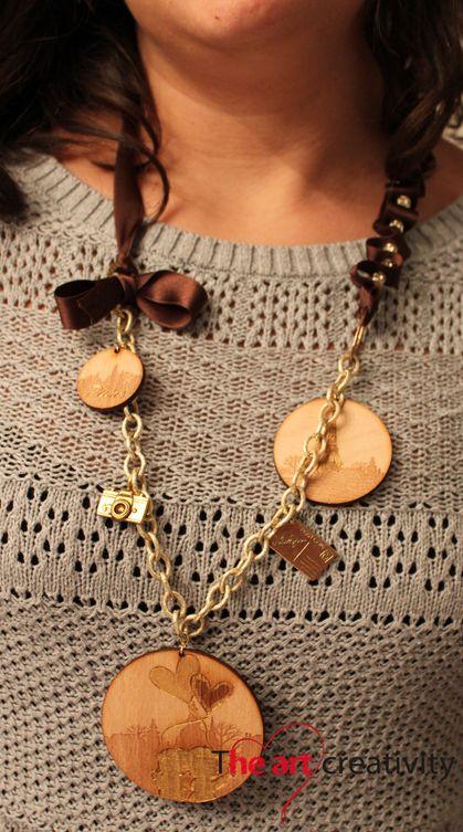 Collana con inserti di cerchi con incisione su legno, charms e raso. #collana #legno #raso #handmade #viaggio #parigi #torreeffel