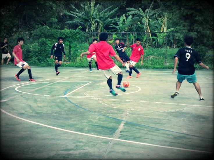 Semua pemain tertuju pada satu bola untuk bisa memenangkan pertandingan.