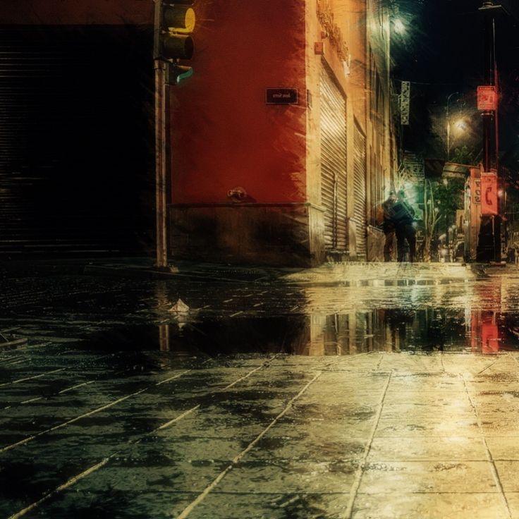 LLUEVE EN LA CIUDAD// La lluvia cae en la ciudad dormida como a animal cansado que repose ajeno al salpicar sobre el asfalto y los tejados de unas gotas que al poco juntan y van formando arroyos en soledad de esas horas inciertas deslizando silentes a la aurora. Bendición que el frescor trae a lo tórrido; pausa a una lucha en que los hombres cierran por un lapso sus ojos, quedan ciegos incluso a ti que la belleza esparces…—…