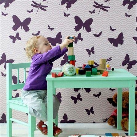 Для комнаты ребенка до 4-х лет идеальны неяркие обои пастельных теплых цветов, без больших сюжетных картинок (нейтральные рисунки: звездочки, цветочки — допускаются в основном на бордюрах, небольших вставках). Слишком пестрые стены в сочетании с большим количеством игрушек могут вызывать у ребенка ощущение беспокойства. Часть стены можно выделить для рисования, наклеив большой чистый лист бумаги прямо на обои и предложив малышу рисовать только на нем.