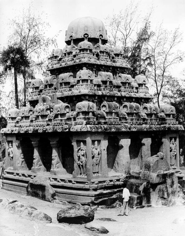 """India 06 Conjunto de Monumentos de Mahabalipuram  Situado en la costa de Coromandel, conjunto de santuarios excavados en la roca que fueron fundados por los reyes de la dinastía de los Pallava entre los siglos VII y VIII. El sitio es  conocido por sus rathas (templos en forma de carros), sus mandapas (santuarios rupestres), sus gigantescos relieves al aire libre, como el célebre """"Descenso del Ganges"""", y los millares de esculturas del famoso Templo de la Orilla, erigido a la gloria de Siva."""