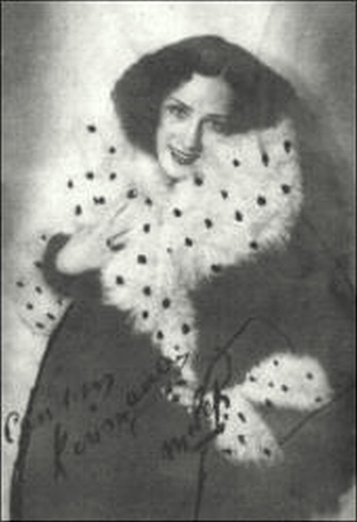 """Melek Kobra Tanınmış operet bestecisi ve emprezaryosu Muhlis Sabahattin Ezgi'nin kızı olan Melek Kobra, 15 yaşındayken Cumhuriyet gazetesinin açtığı bir güzellik yarışmasına girerek hayata atıldı .Kendisi Türkiye'nin ilk dünya güzeli olan Keriman Halis'in de kuzenidir. İlk olarak 1931 yılında babasının oluşturduğu Muhlis Sabahattin'in Çocukları"""" adlı toplulukta operetlerde sahneye çıktı.Toto Karaca, İsmail Dümbüllü, Şevkiye May gibi isimlerle çalıştı, ünlü Ayşe Opereti'nde Ayşe rolünü…"""