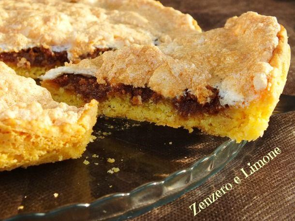 La crostata agli amaretti è una torta delicata dalla golosa farcitura a base di amaretti e dalla fantastica copertura simil-meringa.