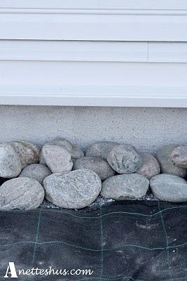 Rullestein inntil husveggen