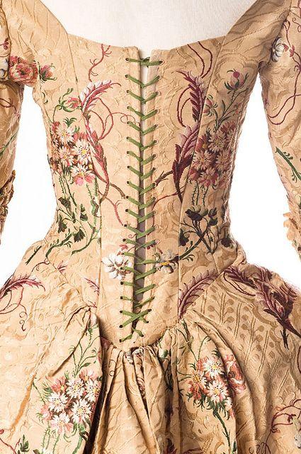 Vestido de brocado de seda Inglés, 1789. Doy por sentado que le falta la pechera...
