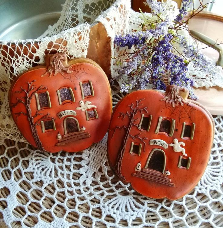 Haunted house pumpkin cookies, ready for miniature trick-or-treaters - so imaginative. Cookies by Teri Pringle Wood, posted at Cookie Connection.
