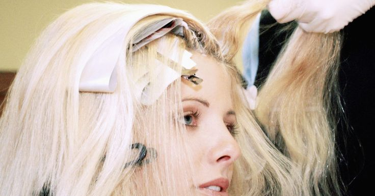 Cómo teñir tu cabello en casa como si fueras a un salón de belleza. Un nuevo color de cabello puede transformar tu apariencia y hacerte lucir y sentir más joven. La mejor manera de obtener el tono que deseas es ir a tu salón de belleza, pero si no estás dispuesta a pagar mucho dinero por tu nueva tintura, considera la posibilidad de hacerlo en tu casa. Con kits de coloración del cabello, una serie completa de ...